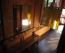 山形県の秘境に佇む、古き良き木造建築に泊まる