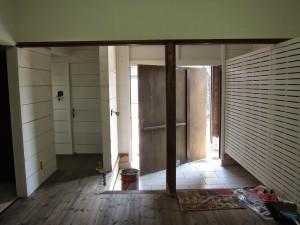 こちらは玄関。なんと扉は回転式。