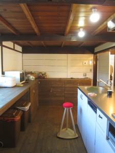 キッチン内部も広々。背後のカウンターも造作。